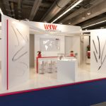 IAA Messestand konventionelles Design roter Farbakzent