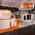 Glasstec Messestand Farbkontrast weiß orange